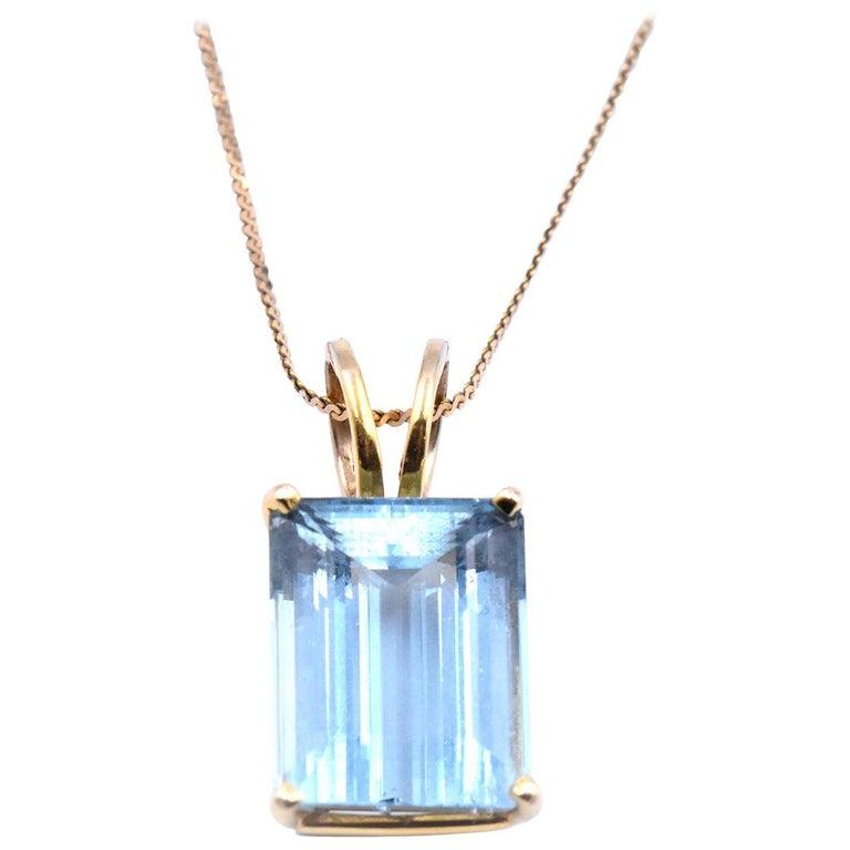 14 Karat Yellow Gold Emerald Cut 9.63 Carat Aquamarine Pendant Necklace For Sale
