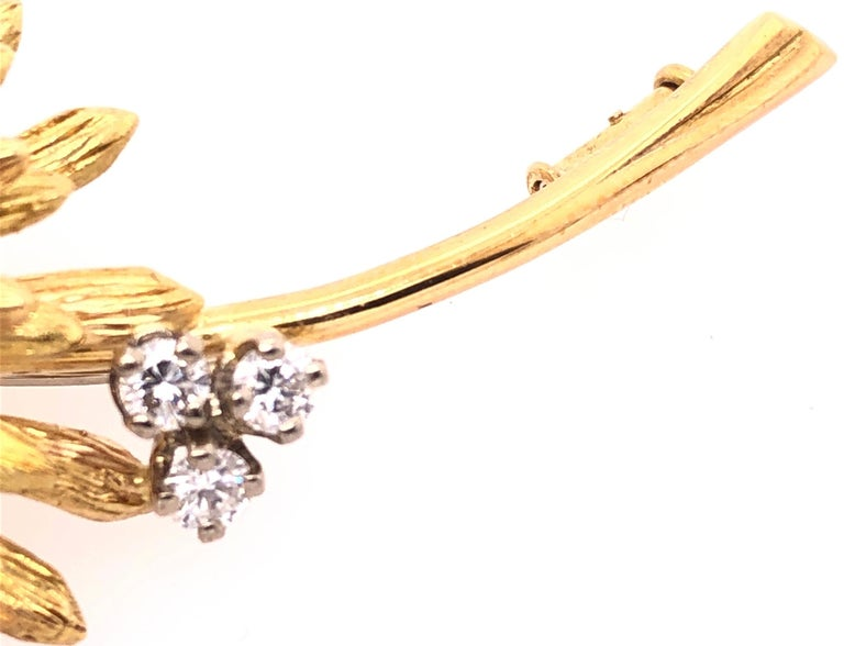 14 Karat Yellow Gold Brooch Pin Center Sapphire and Surrounding Diamonds For Sale 1