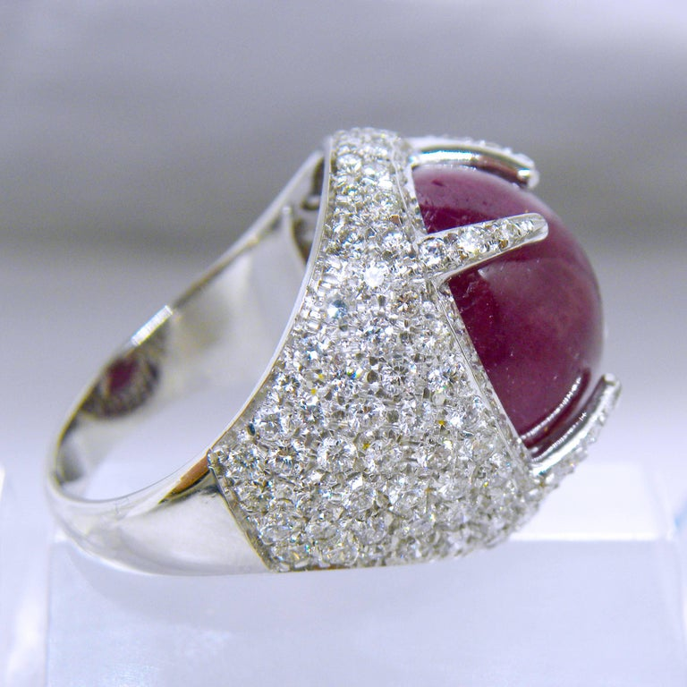 Berca 14.20 Carat Natural Ruby Oval Cabochon White Diamond Cocktail Ring In New Condition For Sale In Valenza, IT
