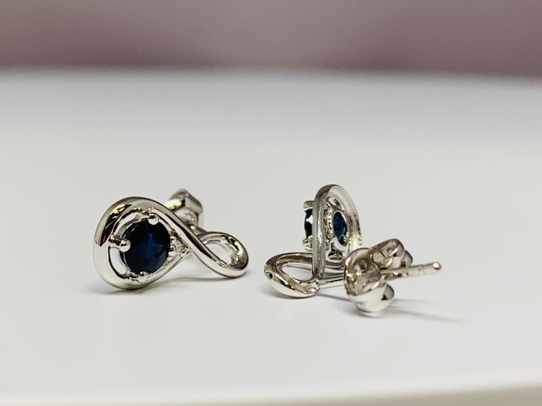 Contemporary 14 Karat White Gold 0.70 Round Blue Sapphire and Diamond Dangle Earrings For Sale