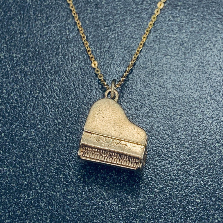 14 Karat Yellow Gold Articulating Grand Piano Charm Pendant In Good Condition For Sale In Addison, TX