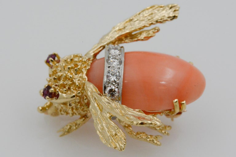 14 Karat Yellow Gold Diamond and Coral Bee Pin For Sale 2