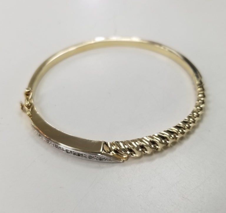 Contemporary 14 Karat Yellow Gold Diamond Bangle with Scallop Design For Sale