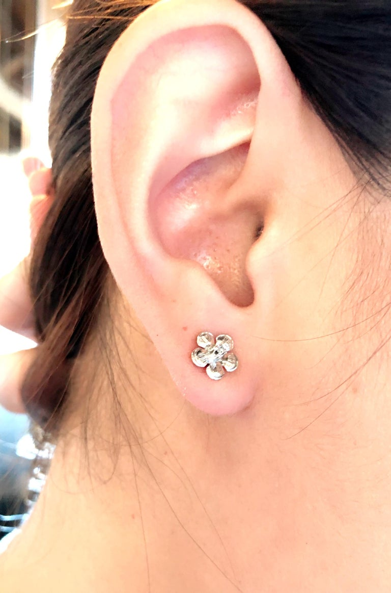 14 Karat White Gold Flower Stud Earrings with Round Diamond In Good Condition For Sale In Stamford, CT