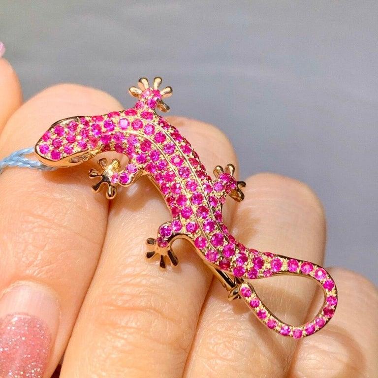 Contemporary 1.5 Carat Pink Sapphire Diamond Lizzard Broach 18 Karat  Yellow Gold And Pendant For Sale