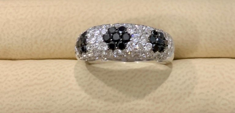 1.5 Carat White Diamond and 0.6 Carat Black Diamond Cocktail Ring 14 Karat Gold In Excellent Condition For Sale In New York, NY