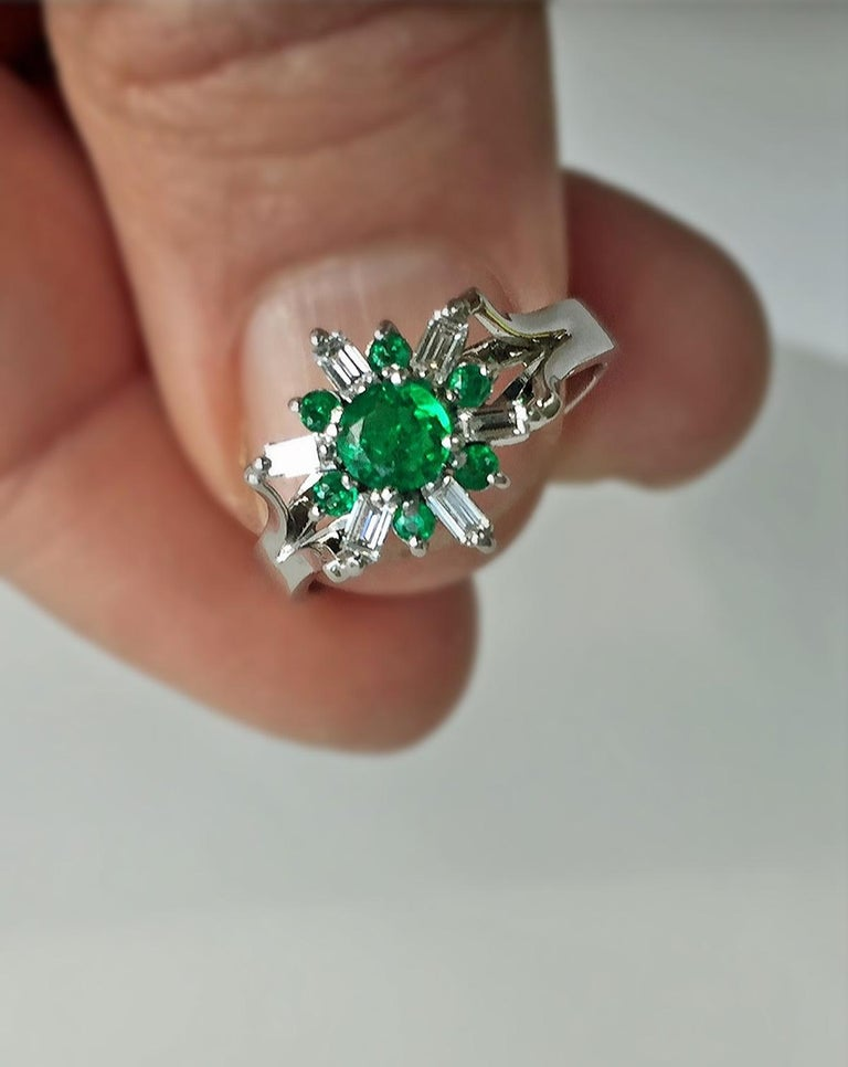 Round Cut 1.50 Carat Round Natural Colombian Emerald Diamond Cocktail Ring For Sale