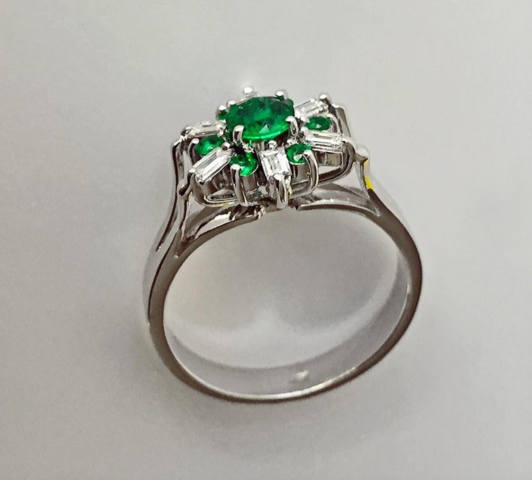Women's 1.50 Carat Round Natural Colombian Emerald Diamond Cocktail Ring For Sale