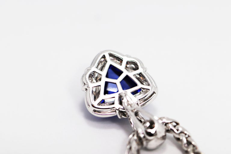 Women's 15.05 Carat Trillion Cabouchon Tanzanite and Diamond 18 Carat Gold Necklace For Sale