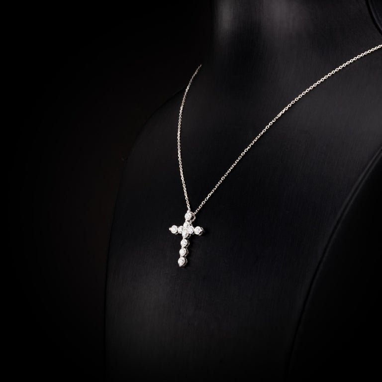 1.52 Carat Round Brilliant Diamond 18 Karat White Gold Cross Pendant Necklace In New Condition For Sale In Hong Kong, Kowloon