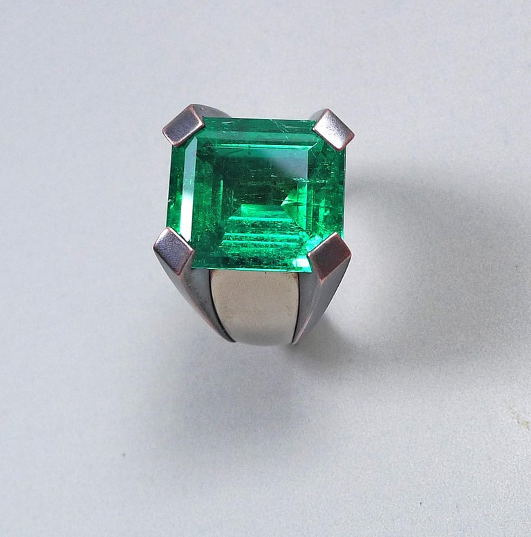 Contemporary 15.59 Carat Natural Colombian Emerald Solitaire Gold Cocktail Ring For Sale