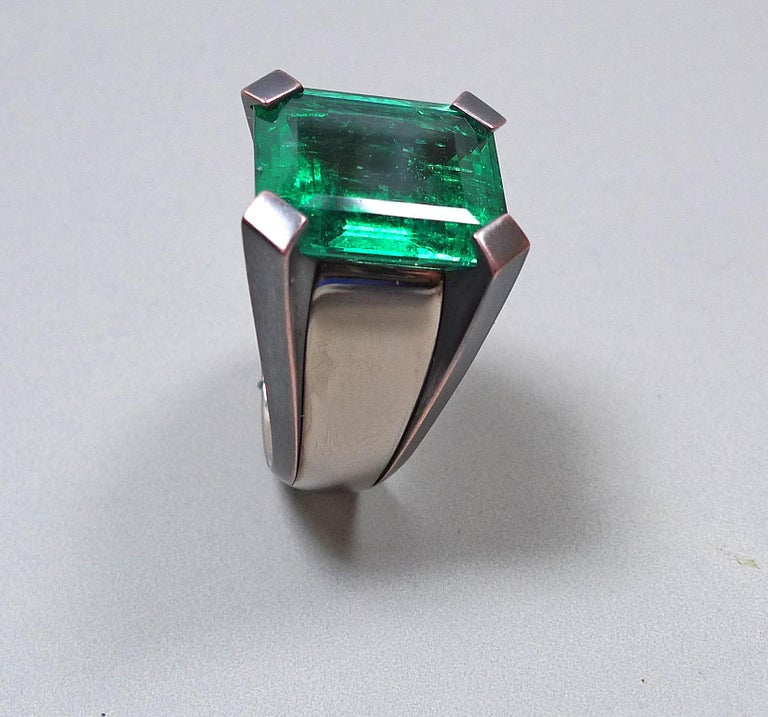 Emerald Cut 15.59 Carat Natural Colombian Emerald Solitaire Gold Cocktail Ring For Sale