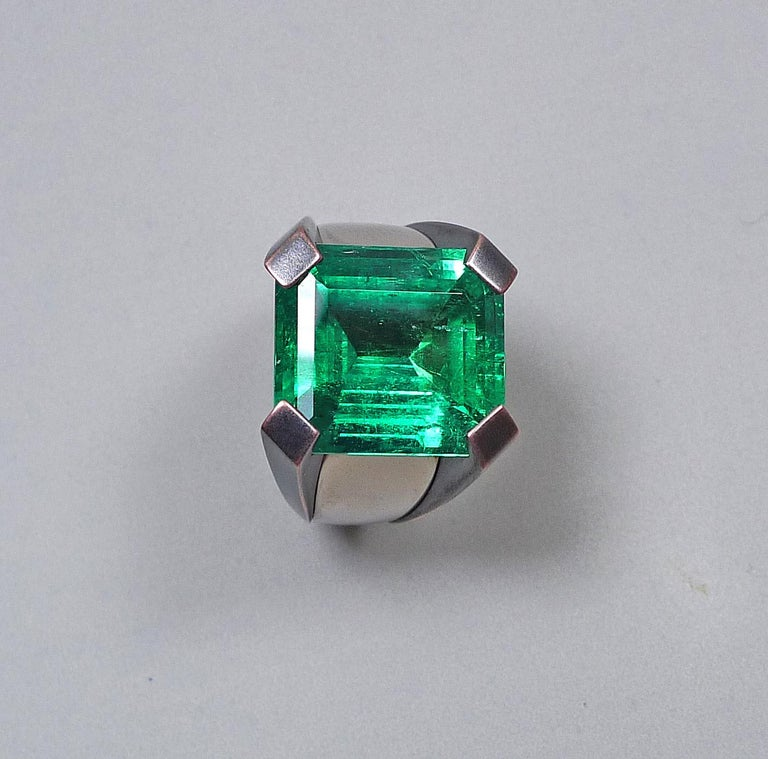 15.59 Carat Natural Colombian Emerald Solitaire Gold Cocktail Ring In New Condition For Sale In Munich, DE