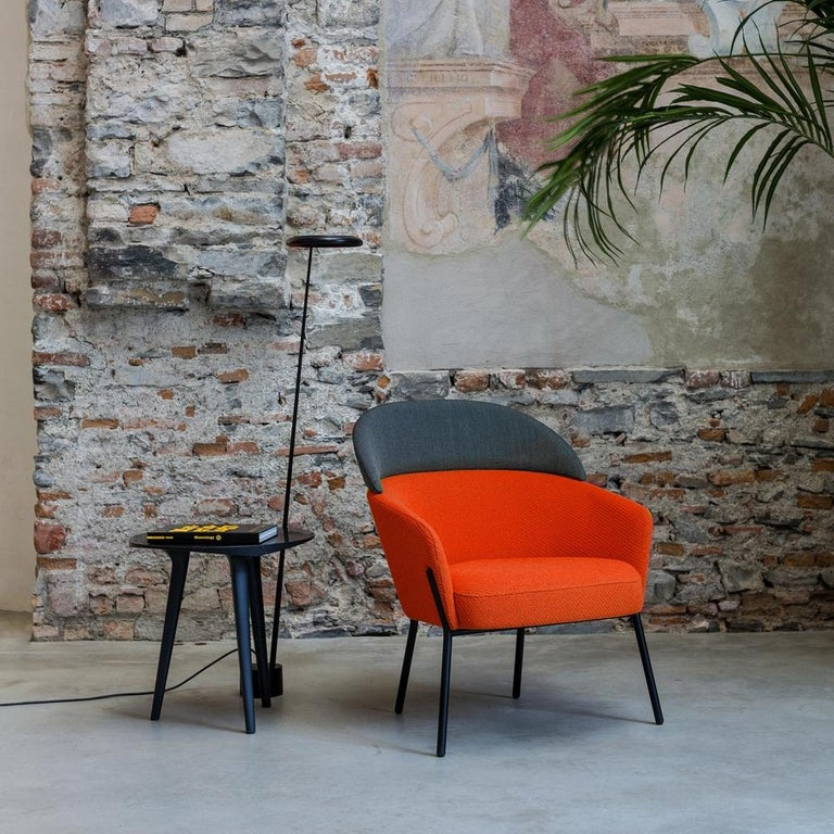 Aesthetically, the elements of this chair wink to the urban metropolitan style, characterized by a metal base in black finish, with four elongated legs that discreetly welcome the generous volumes of the shell and padded parts. But what gives