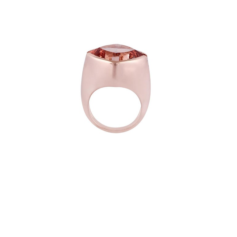 Contemporary 15.79 Carat Morganite and Diamond Ring Studded in 18 Karat Rose Gold For Sale
