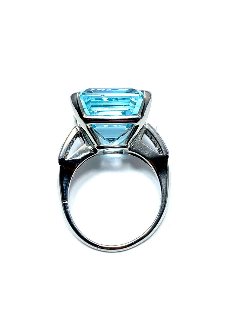 Women's or Men's 16.60 Carat Aquamarine and Emerald Cut Diamond White Gold Cocktail Ring For Sale
