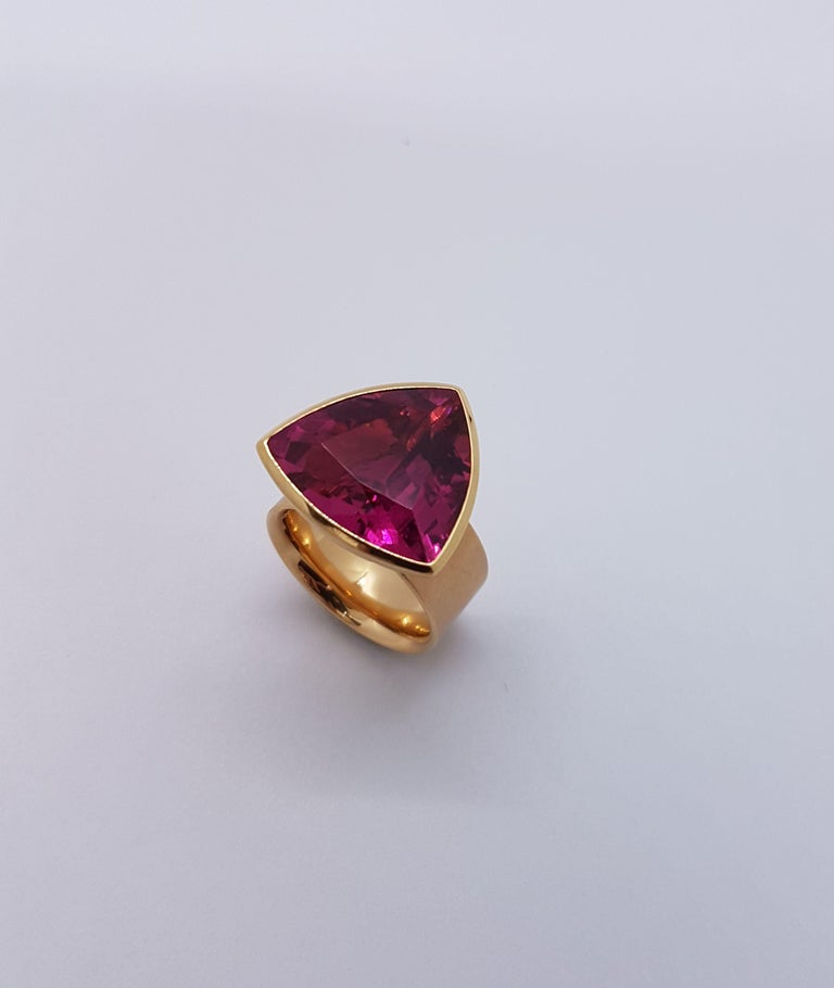 The mesmerizing vivid colour of the 16.84 carats rubellite will dazzle whenever it is worn. Handcrafted by Georg Spreng with 750/0 red gold, the design enhances the radiance of the stone. A perfect companion from morning to midnight. Ring Size: 58