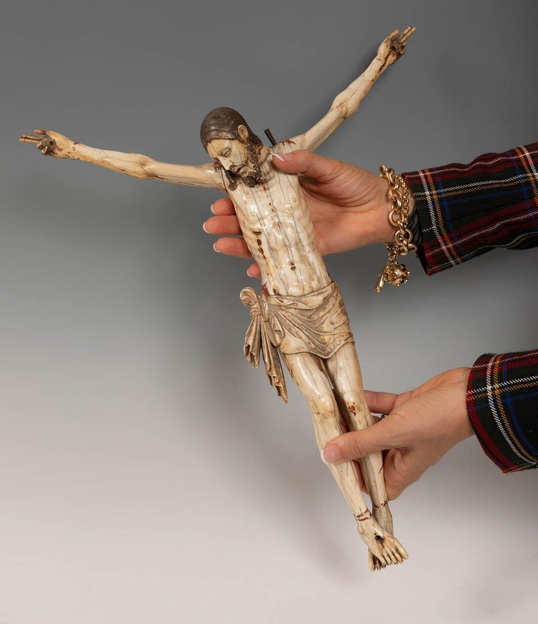 16th Century Sinhalese-Portuguese Polychrome Ivory Crucifix In Good Condition For Sale In Malaga, ES