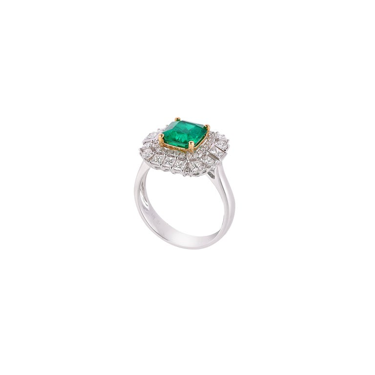 1.7 Carat Colombian Emerald and White Diamond Ring in 18 Karat White Gold In New Condition For Sale In Hong Kong, Kowloon