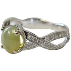 1.73 Carat Oval Cat's Eye Chrysoberyl Cabochon and Diamond 18k White Gold Ring