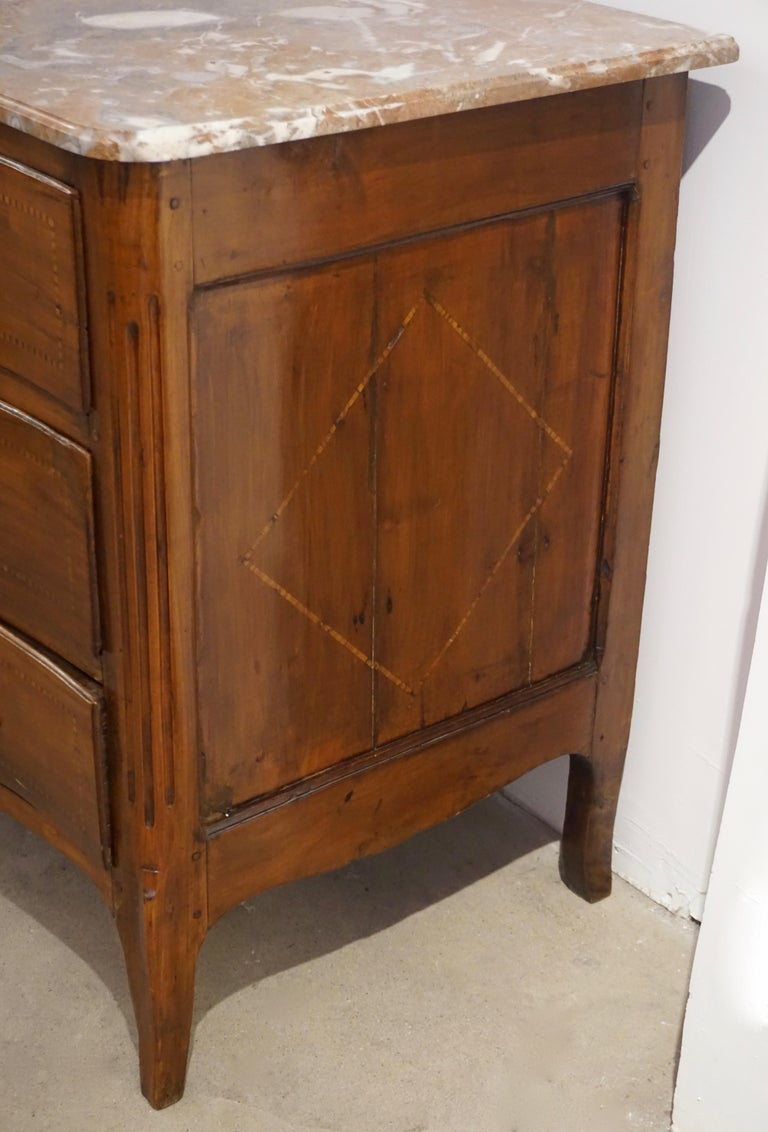 1770s Bow Front French Provincial Marquetry Commode in Solid Walnut & Marble Top In Good Condition For Sale In New York, NY
