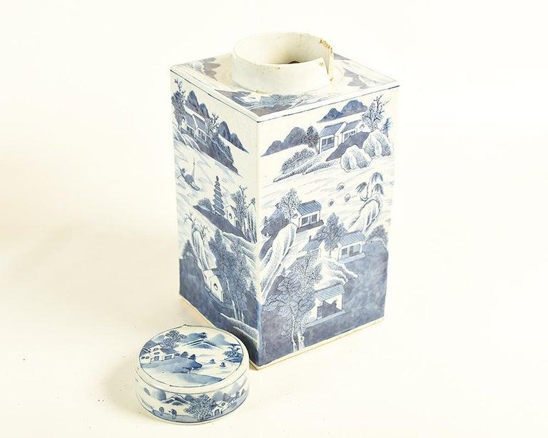 Glazed 19th Century Chinese Kangxi Porcelain Tea Jar with Blue and White Underglaze For Sale