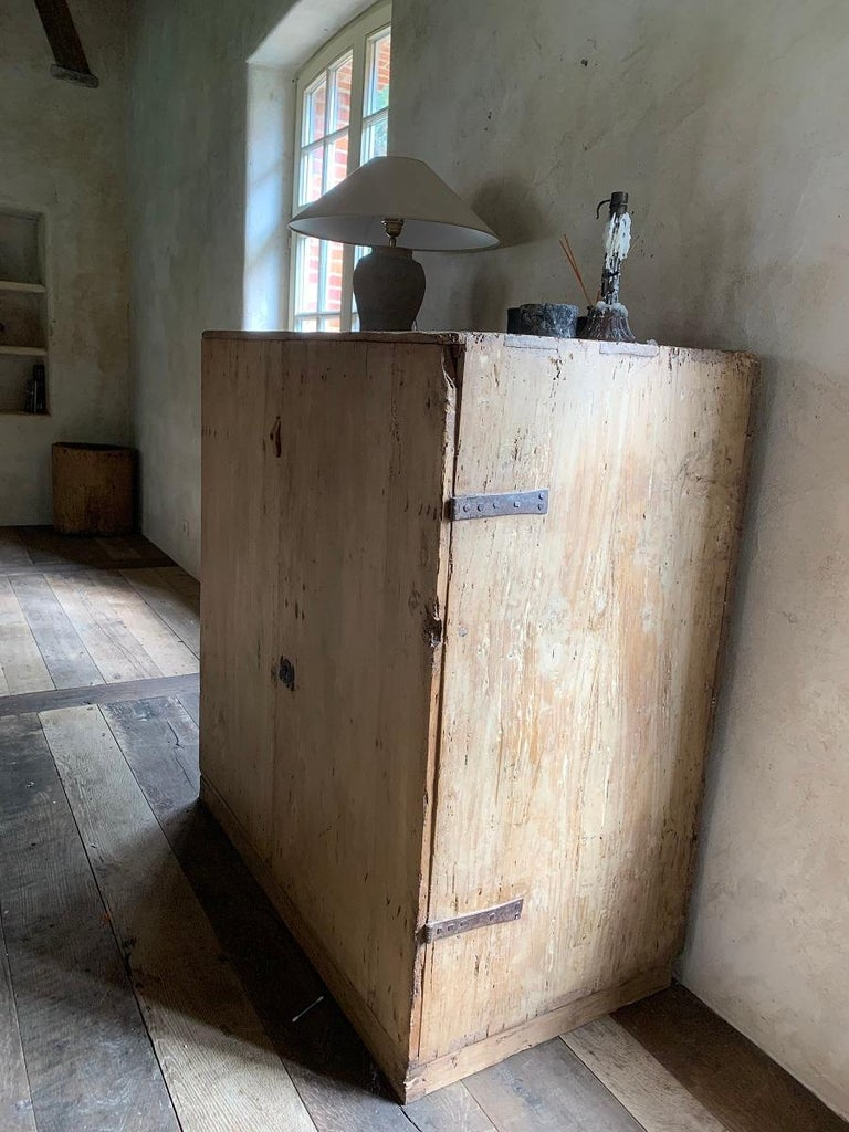 17th Century Pyrinee Cupboard In Good Condition For Sale In Vosselaar, BE