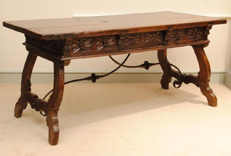 17th Century Spanish Carved Walnut Table In Good Condition For Sale In Lincolnshire, GB