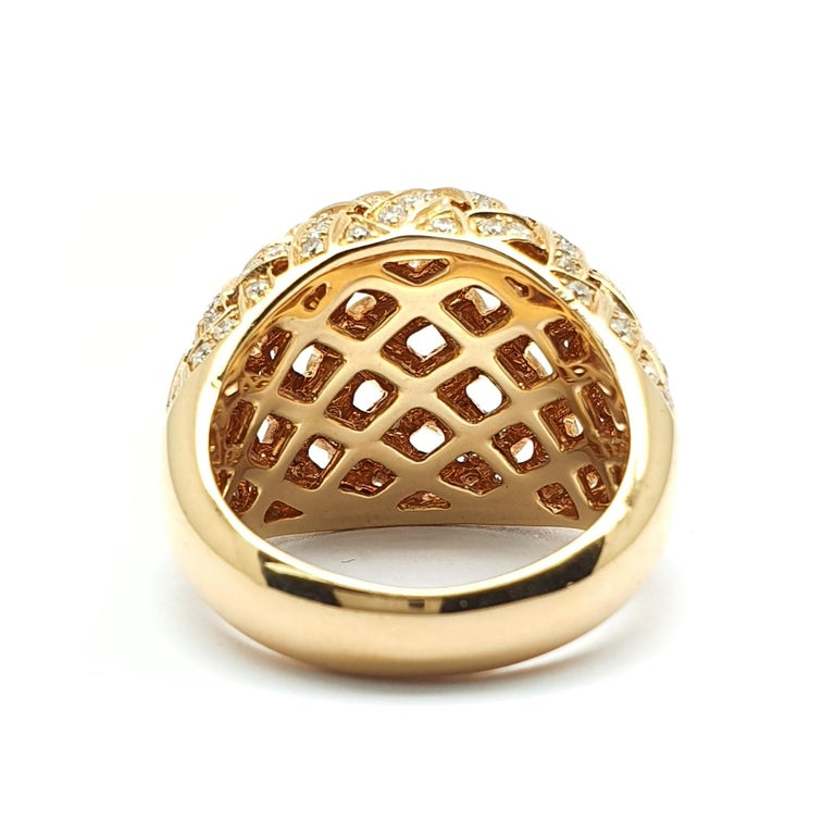 The eye catching Bombe  shape of the ring is according to Puck Eigenmann a sign of a woman who dares to share what she loves. Modesty marks the Dutch women, the country in which she resides and with het designs she dares women to open up in showing