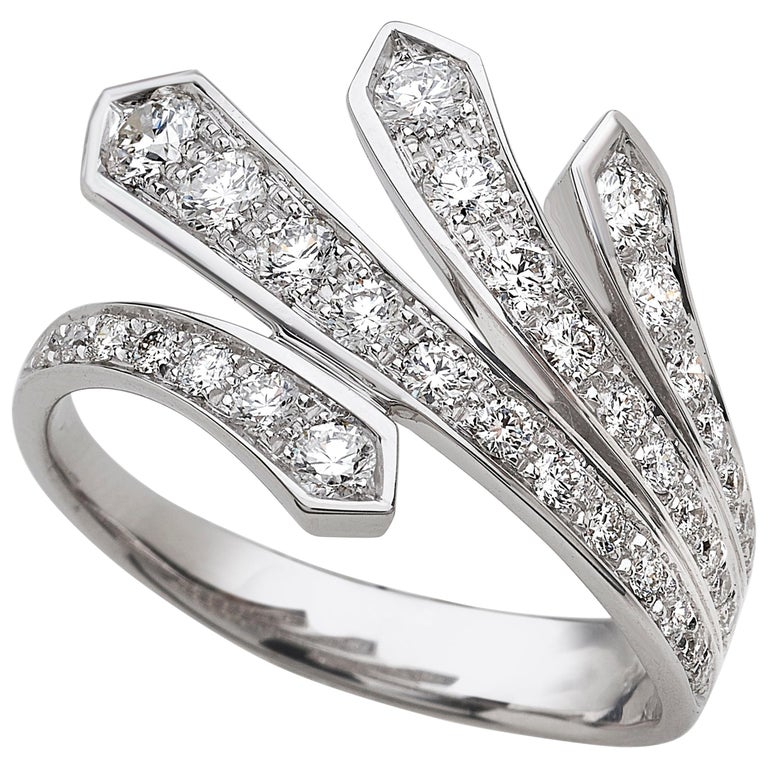 18 Carat White Gold Round Brilliant Cut Diamond Ring For Sale