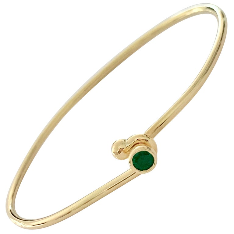 18 Carat Yellow Gold Wire Bangle Bezel Set with a 0.25 Carat Round Emerald  For Sale