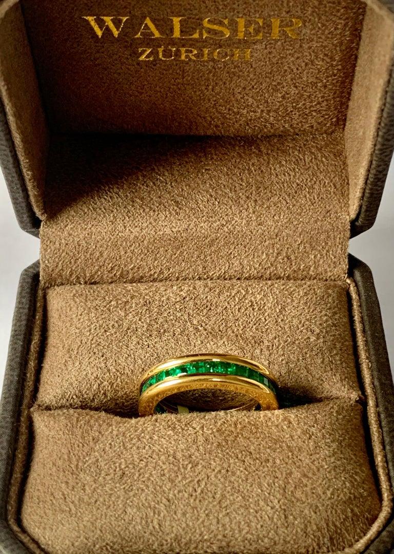 18 Karat Yellow Gold Emerald Eternity Ring In Good Condition In Zurich, Zollstrasse