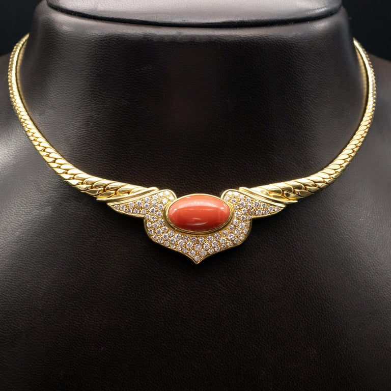 Beautiful 18 Karat Coral and diamonds choker Necklace ; An 18 mm long oval coral is nested in motive pavé set with  round brilliant cut diamonds . Very nice make , jou can see the beehive openings behind the diamonds Diamonds: Approx. 2 carat  FG