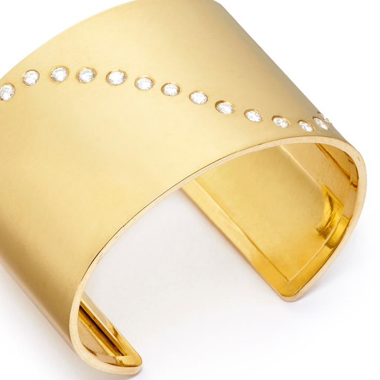 18 Karat Gold and 1.66 Carat Diamond Wave Cuff For Sale 1