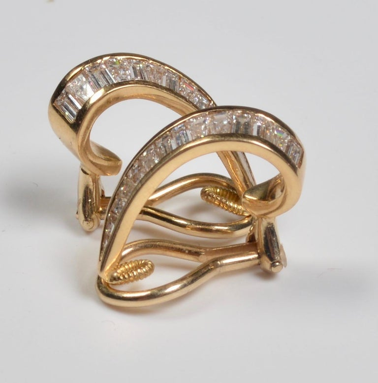 18 Karat Gold and Baguette Diamond Clip on Earrings In Good Condition For Sale In London, GB