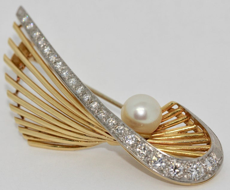 18 Karat Gold Brooch with 21 Diamonds and Cultured Pearl In Good Condition For Sale In Berlin, DE