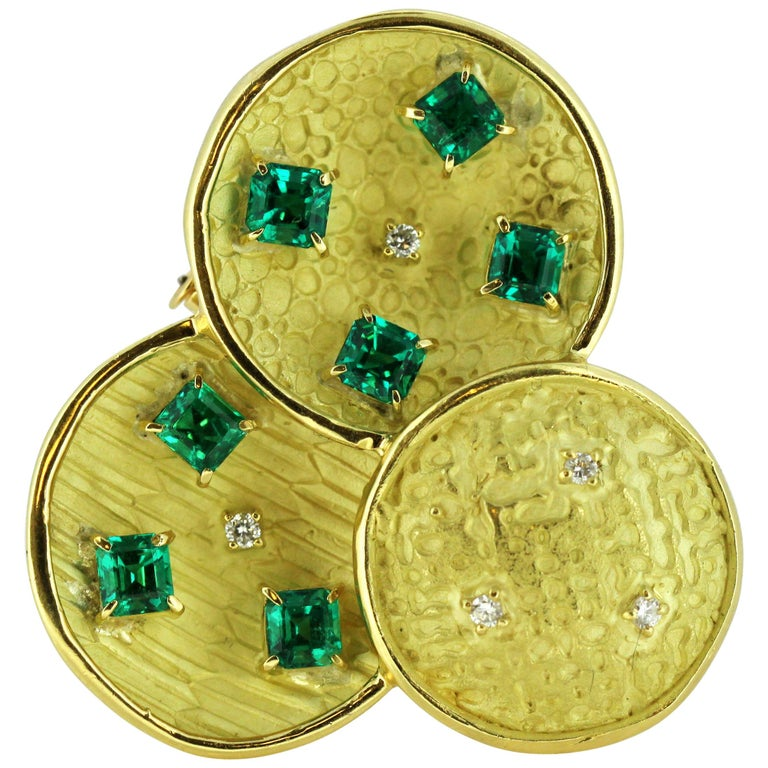 18 Karat Gold Brooch with Emeralds and Diamonds For Sale