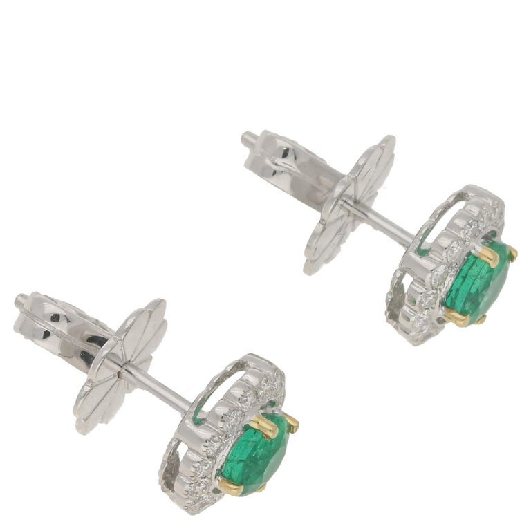 18 Karat Gold Emerald Diamond Cluster Stud Earrings In New Condition For Sale In London, GB