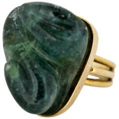 18 Karat Gold Ladies Ring with Natural Emerald Carving of Swan, circa 1950s