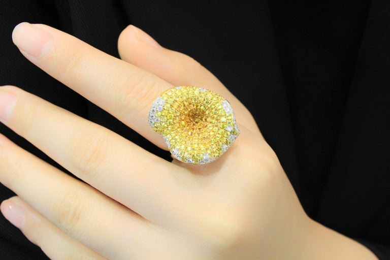 18 Karat Gold Sapphire and Diamond Ring In New Condition For Sale In Macau, MO
