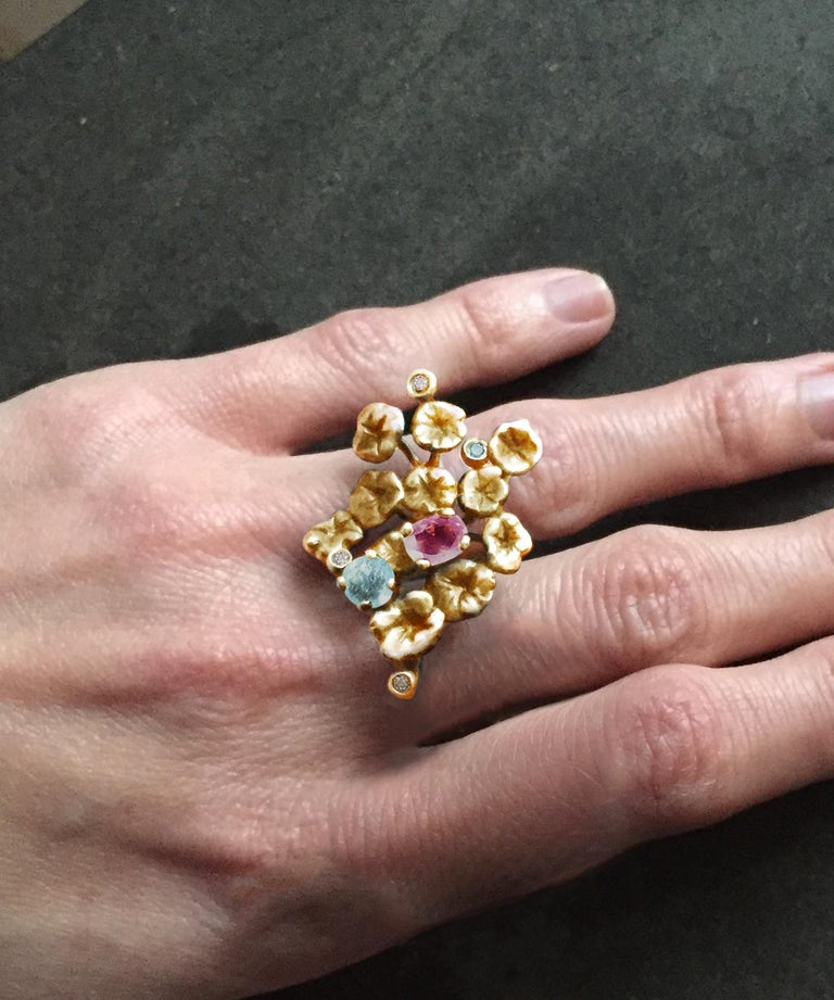 Contemporary 18 Karat Yellow Gold Cocktail Ring with Paraiba Tourmalines, Spinel and Diamonds For Sale