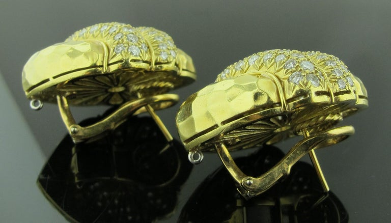 Women's or Men's 18 karat Hammered Yellow Gold and Diamond Earrings 2.25 Carat For Sale