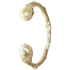 18 Karat Open End Bangle with Two Baroque Pearls in White with Yellow Highlights