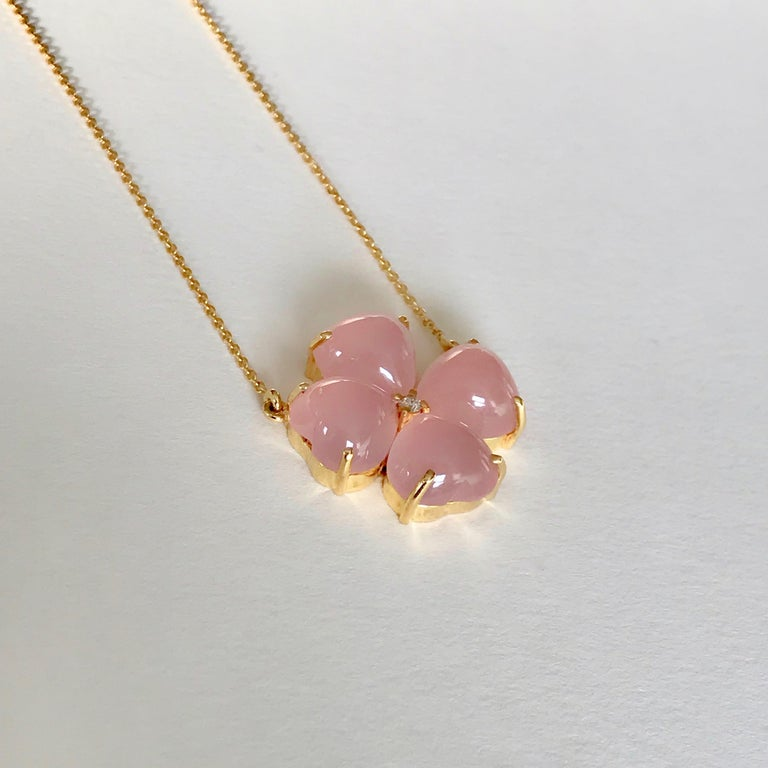 18 Karat Solid Yellow Gold Pink Chalcedony Clover Pendant Necklace In New Condition For Sale In London, GB