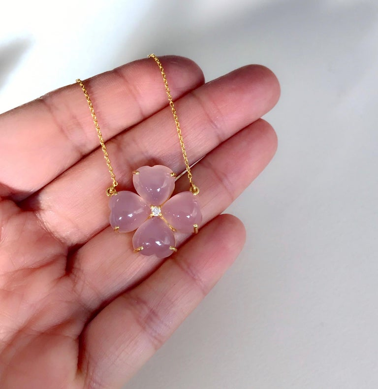 18 Karat Solid Yellow Gold Pink Chalcedony Clover Pendant Necklace For Sale 1