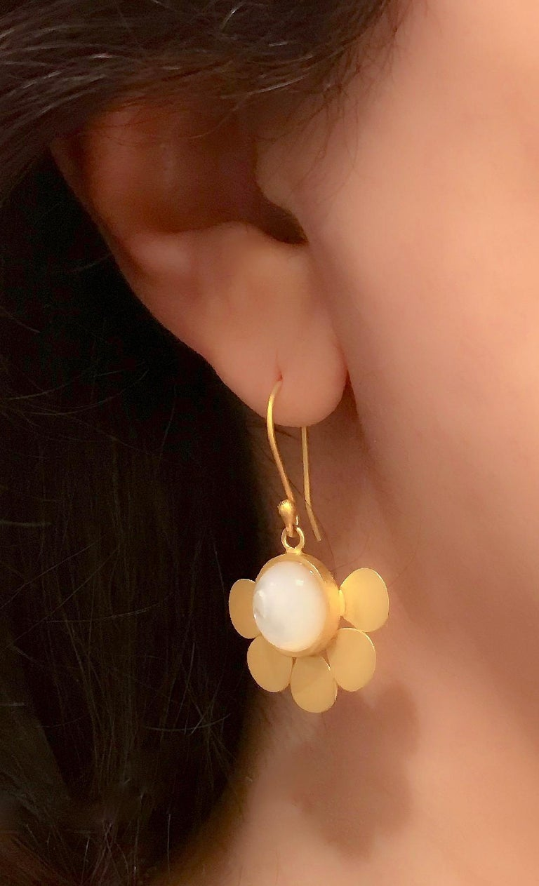 18 Karat Solid Yellow Gold Satin Finish Mother of Pearl Drop Earrings In New Condition For Sale In London, GB