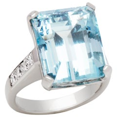 18 Karat White Gold 12.50 Carat Aquamarine and Diamond Large Cocktail Ring