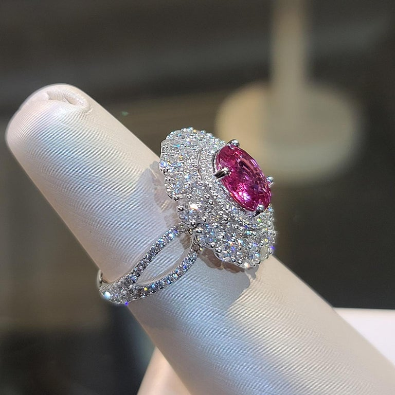 18 Karat White Gold 3.12 Carat No Heat Padparadscha Diamond Cocktail Ring In New Condition For Sale In Central, HK