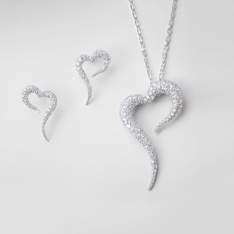 18 Karat White Gold and White Diamonds Heart Shaped Pendant In New Condition For Sale In Mayfair, London, GB