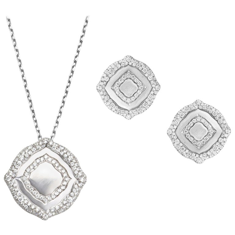 18 Karat White Gold and White Diamonds Pendant and Earrings For Sale